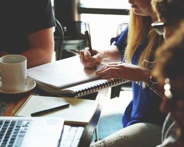 Eine Tasse aromatischer Kaffee fördert Motivation und Interaktion der Mitarbeiter