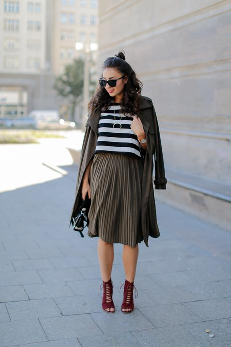 khaki trenchcoat olive pleated midi skirt peter kaiser bag boxy crop top missguided transitional piece inspiration fashion deutschland summerlook fall fashionblogger samieze berlin mode blog