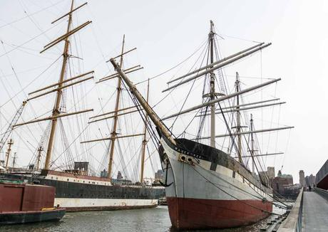 Die Windjammern Peking (links) und die Wavetree (rechts) im New Yorker South Street Seaport Museum. Kuriose Feiertage - 6. Oktober- Deutsch-Amerikanischer Tag - German-American Day in den USA (c) 2016 Sven Giese -1