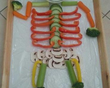 Gemüseskelett und Würstchen-Mumien zu Halloween