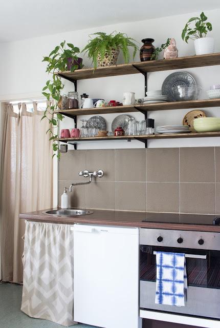 stauraum unter der arbeitsplatte so n hst du einen vorhang f r die k che. Black Bedroom Furniture Sets. Home Design Ideas
