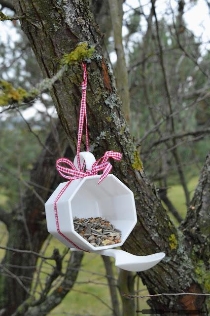 diy vogelfutterstelle aus einer tasse bird feeder. Black Bedroom Furniture Sets. Home Design Ideas