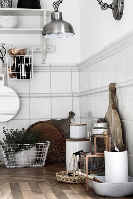 Kücheneinrichtung in Schwarz Weiß Holz mit leichten New Boho Elementen, Detailaufnahme Küchenbrettchen aus Holz und House Doctor Accessoires