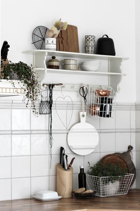 Kücheneinrichtung in Schwarz Weiß Holz mit leichten New Boho Elementen, Küchenregal mit weiß schwarzen und kupferfarbenen Accessoires