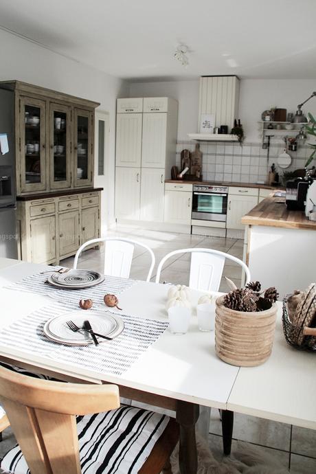 Kücheneinrichtung in Schwarz Weiß Holz mit leichten New Boho Elementen, Überblick Küche mit Zeile und Tisch