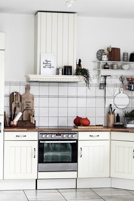 Kücheneinrichtung in Schwarz Weiß Holz mit leichten New Boho Elementen, Küchenview Abzugshaube Nolte