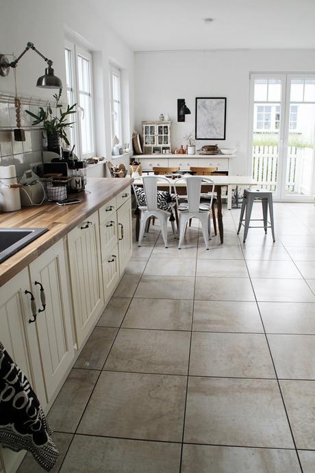 Kücheneinrichtung in Schwarz Weiß Holz mit leichten New Boho Elementen, Überblick Küche mit Essplatz in weiß