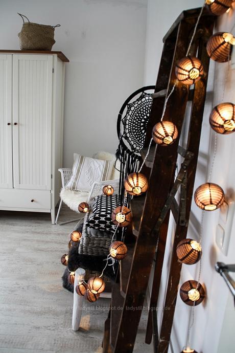 DekoDonnerstag, Schlafzimmer in Weiß Grau Holz mit Bohoelementen, schwarze Ballonlichterkette