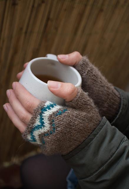 Fingerlose Handschuhe und Mütze mit Jaquard Muster
