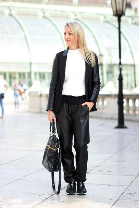 Chic & casual: Track pants, sneakers & blazer