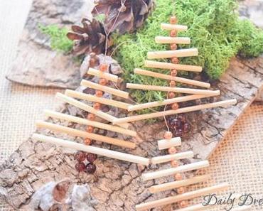 kleine Weihnachtsbäumchen aus Stroh