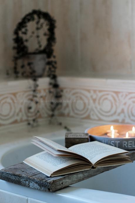 Wellnessoase Badezimmer, großzügiges Badezimmer mit großer Badewanne und hellen Fliesen, Badezimmer in Holz, Weiß