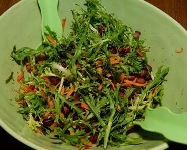 Friséesalat mit Möhren und Haselnüssen (vegan)