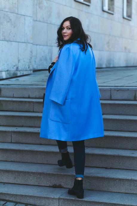 Outfit mit Cosmoparis Tajou Tasche, blauem Mantel und