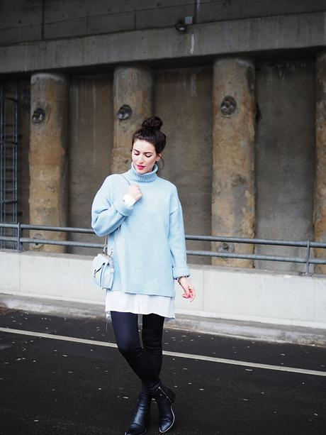 blue oversize sweater about you streetstyle street style winter look berlin trend turtleneck rollback shirt leggings adax boots ankle zara bag chain bag messy bun samieze