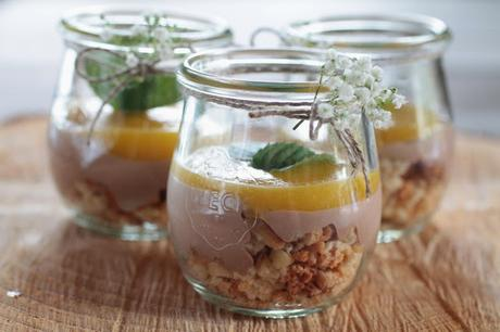 cantuccini schoko mango dessert im glas serviert. Black Bedroom Furniture Sets. Home Design Ideas