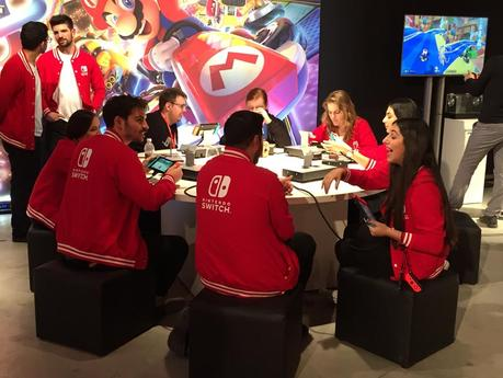 Nintendo Switch Event München rote Collegejacke