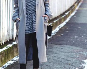 So style ich den Oversize-Mantel elegant zu Karo-Kleid und Lederhose!