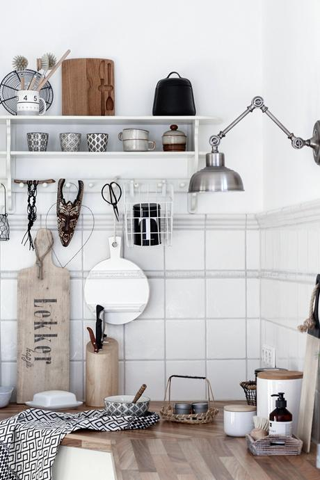 Küchenarbeitsplatte mit weißem Regal im Bohostil gestaltet, Schwarz Weiß Holz,Scandiboho Living Mandala Kräutertöpfe selber gestalten, DIY im Bohostil für die Küche