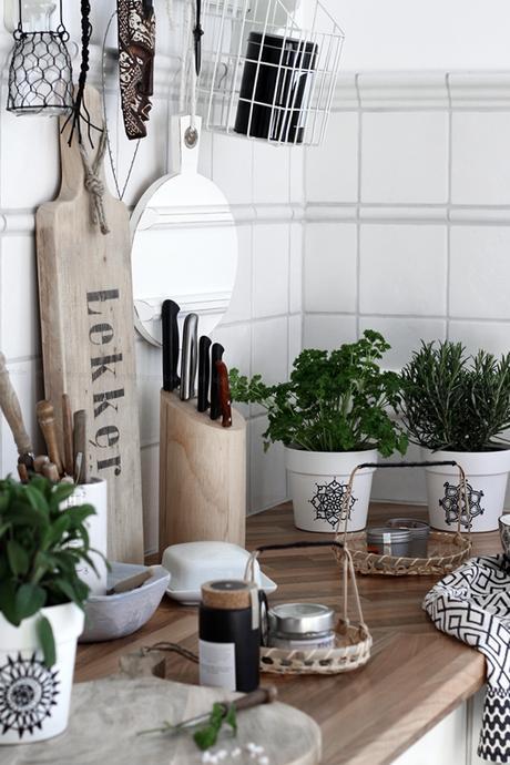 Kräutertöpfe mit Mandala in Schwarz Weiß auf der holzfarbenen Küchenarbeitsplatte,