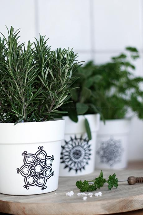 Scandiboho Living Mandala Kräutertöpfe selber gestalten, DIY im Bohostil für die Küche, New Boho Look in Schwarz Weiß Holz