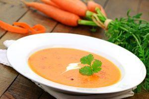 Leckere Karottensuppe püriert mit Petersilie