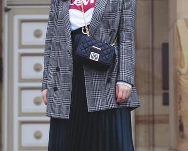 Outfit mit Levis Print Shirt, Faltenrock und Love Moschino Tasche mit Quilt-Steppung