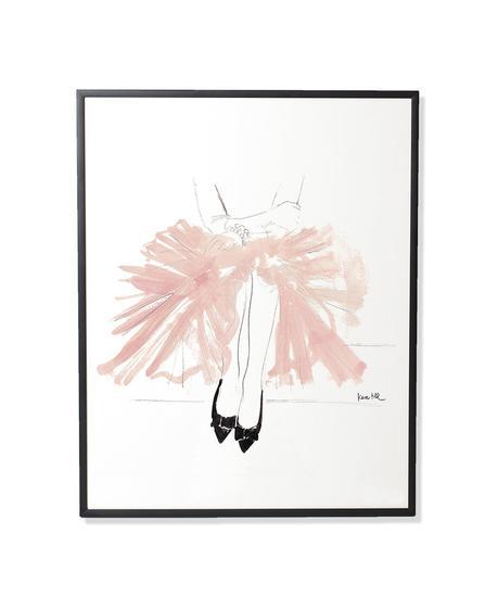 """Eine Dame in einem rosafarbenen Tüllrock, mit schwarzen Ballerina und einem Perlenarmband. Ein sehr wunderschön elegantes Bild, der """"Jupe Tulle"""" von Kera Till.Es ist ein lichtbeständiger Druck mit Pigmenttinten auf warmweißen, matt gestrichenem Lithopapier (230gramm) im schwarzen Rahmen. Hier gehts zum SHOP!"""