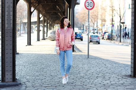pink bomber mom jeans blouson 90ies look streetstyle berlin samieze blog blogger ivyrevel sweater ally knit white quay all my love rose fold zara bag