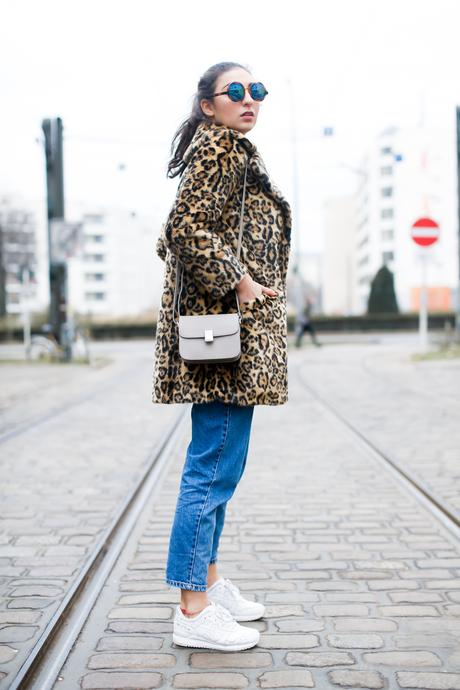 leo coat and sneakers asos leopard mantel adax grey mini bag pull&bear mom jeans white sneakers sporty look asics gel lyte II berlin casual everyday blogger modeblog berlin samieze