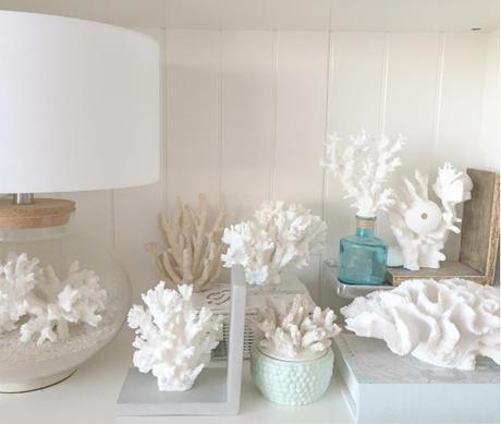 Die Liebe zur Koralle ist definitiv erkennbar! Links ist übrigens die DIY-Lampe von Butlers.