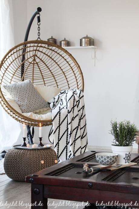 Scandiboho Style im Wohnzimmer Esszimmer in Weiß Schwarz und Holz Interior Inspiration