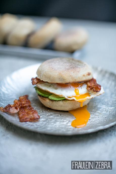 English Muffins mit Bacon, Avocado und Ei