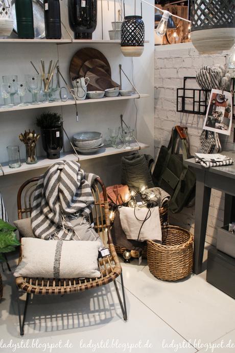 Ambiente 2017 House Doctor Dekorationsartikel, Wohnaccessoires,Rattansessel und beige graue Kissen Leinen