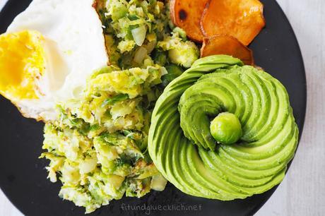 {Clean Eating} Kohlsprossengemüse mit Süßkartoffelchips und Avocadorose