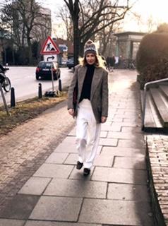 Gianna:Schöner Business Look für kalte Tage: 20 Meter vor der Office Tür: Mütze abnehmen - Assoziation: spielen Sie sonst Panflöte in der Fußgängerzone?