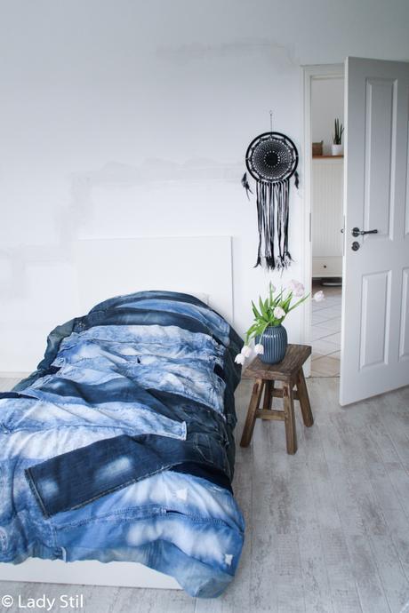 Jeansblaue Wohnaccessoires, Interior Trend 2017 Blue Jeans, Jeansdecke DIY, wie näht man eine Decke aus alten Jeans mit Anleitung, Boho Schlafzimmer mit Jeans-Decke als Bettüberwurf