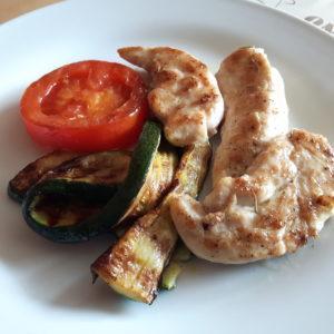 Gegrilltes Rosmarin-Hähnchenfilets mit Zucchini und Tomate