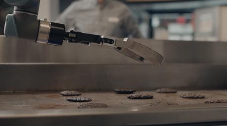 Roboter 'Flippy' dreht Burger im Fastfood-Restaurant