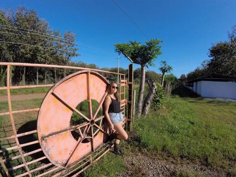 Marie post lässig vor einem weiteren Eingang der organischen Schaf- und Ziegenfarm Panovejas bei unserer Erfahrung mit Workaway