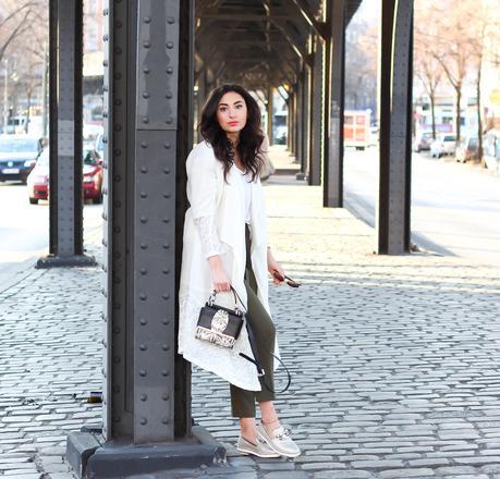 aallaamoda white coat frühlingsmantel cardigan boho white khaki pants edited suit anzughose loafers peter kaiser beige gold frühlingslook berlin casual everyday blogger modeblog berlin samieze-8