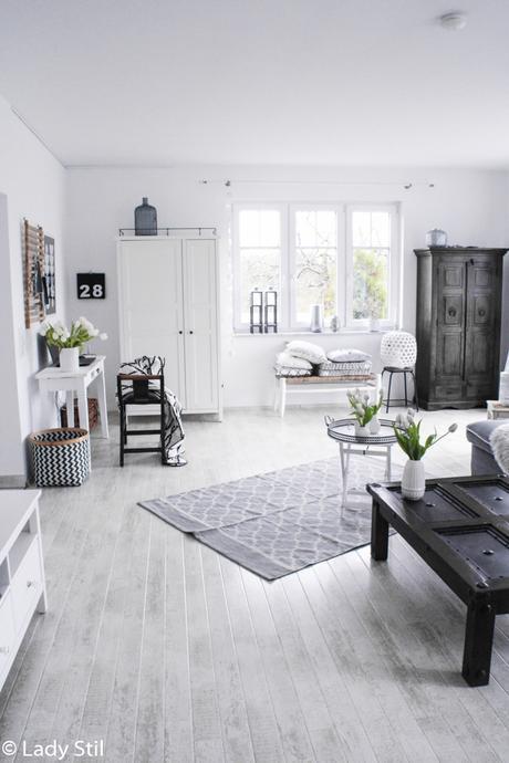 wie man mit wenigen Mitteln ein monocromes Zuhause in ein frühlingshaftes, fröhliches Interior-Ambiente verwandelt, Überblick Wohnzimmer mit Office-Ecke in weiß- grau