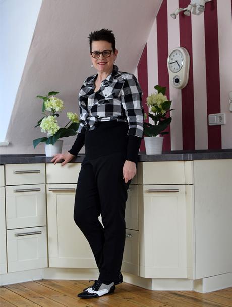 karierte bluse im stil der 60er jahre geknotet. Black Bedroom Furniture Sets. Home Design Ideas