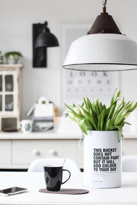 Küche weiß schwarz Holz