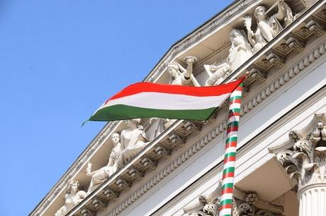 11_Flusskreuzfahrt-a-rosa-Donau-Ungarisches-Nationalmuseum-ungarische-Flagge-Budapest-Ungarn