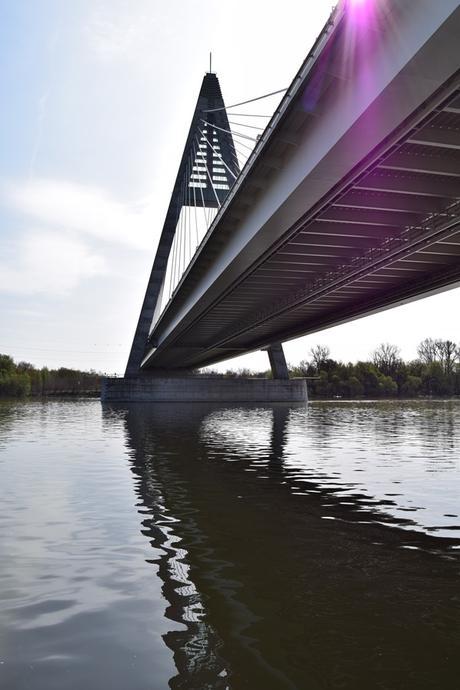 03_Flusskreuzfahrt-a-rosa-Donau-Durchfahrt-Haengebruecke-Budapest-Ungarn