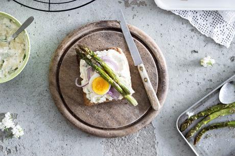 Eier-Spargelsalat mit roten Zwiebeln auf Toastscheiben / Asparagus Egg Salad Toast
