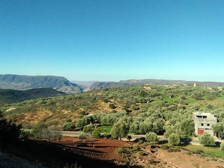 marokko-norden-landschaft-auto-straße