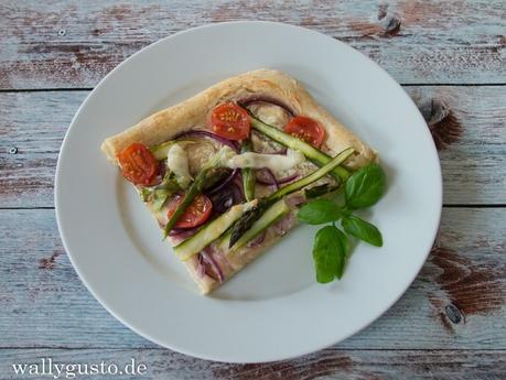 Pizza mit grünem Spargel, Tomaten & roten Zwiebeln