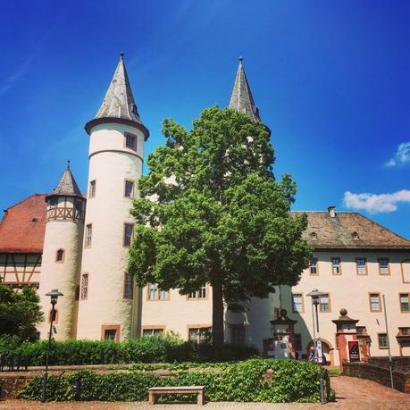 Das Schloss in Lohr am Main erinnert vage an Schneewittchen. Bei so viel romantischer Verspieltheit liegt es nahe, den Grimmschen Märchen auf die Spur zu gehen.